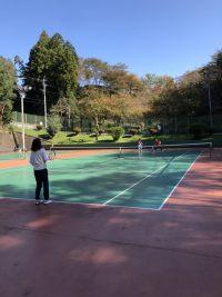 青空の下でテニススクールレッスン!