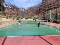 強風の中でも、負けずにテニスレッスン