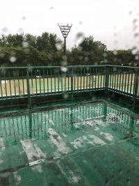 本日のテニスは雨の中